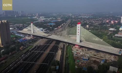 Trung Quốc xoay hai đoạn cầu dây văng nặng 81.000 tấn