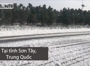 Tuyết phủ dày hồ ở Trung Quốc giữa tháng 8