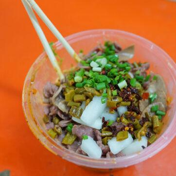 """Tiệm mì thịt bò """"mỏng như lá lúa"""" ở Vũ Hán, Trung Quốc"""